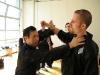 obrana a současný protiútok proti obloukovému úderu do hlavy (může být hák, švihový úder, sek... )