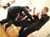 """obrana proti kopu do rozkroku a současný protiútok - technika \""""zavěšená noha, úřímý úder (diu geuk ping cheui) ze \""""sestavy rodu Lau\"""" (Lau ga kyun). Technika demonstruje bojové použití postojů stylu Hung Kyun. Předvádí velmistr Lam a jeho asistent sifu Macek"""