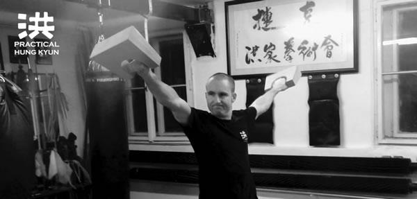 Tradiční náčiní silového/kondičního tréninku pro bojová umění a sporty